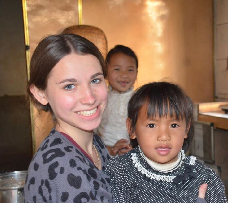 SYA China Summer student poses with child from host family