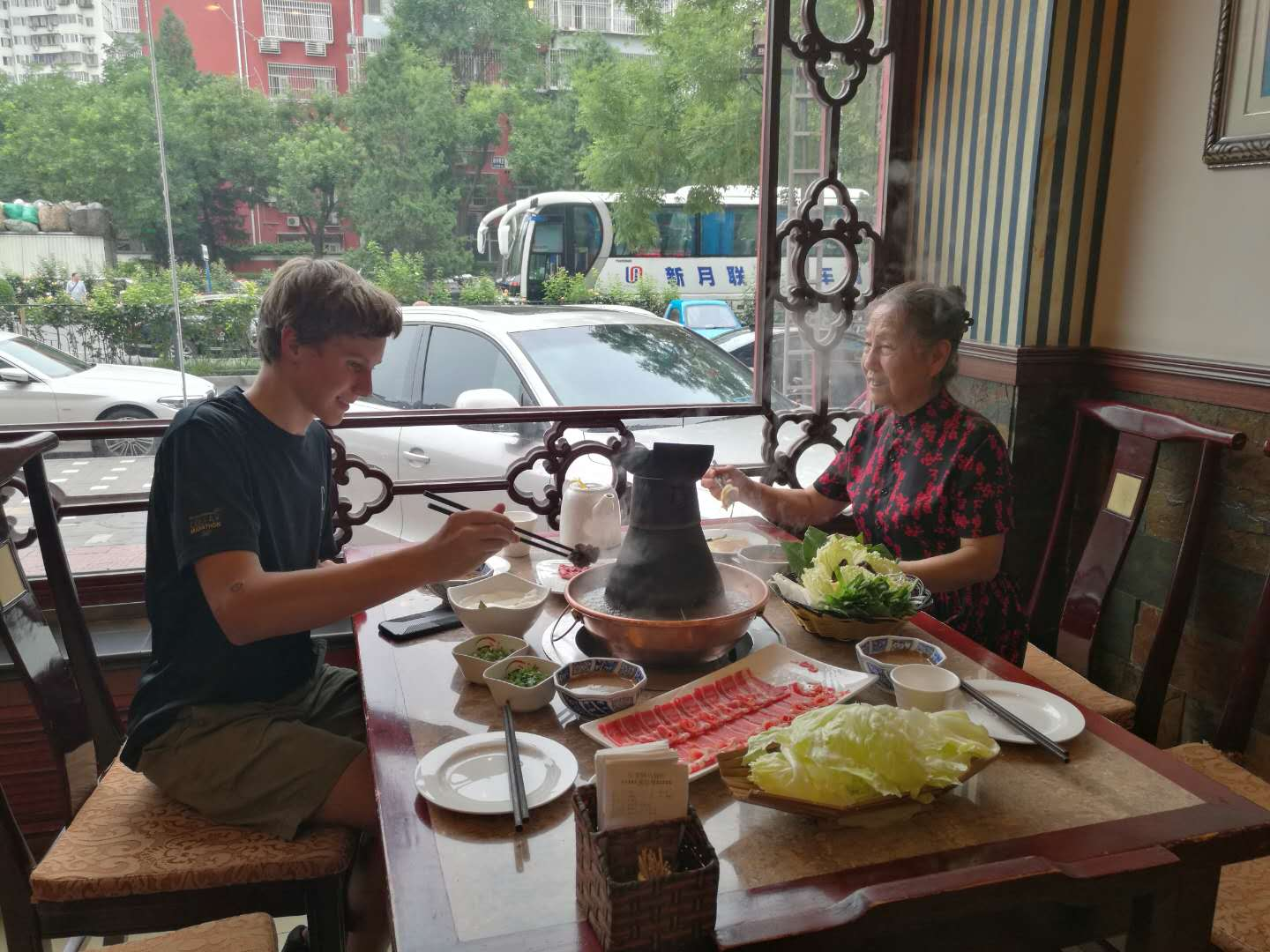 SYA China Summer program student eats with host mom
